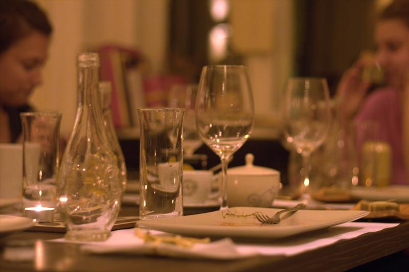 Üres tányérok mellett tovább folyik a beszélgetés