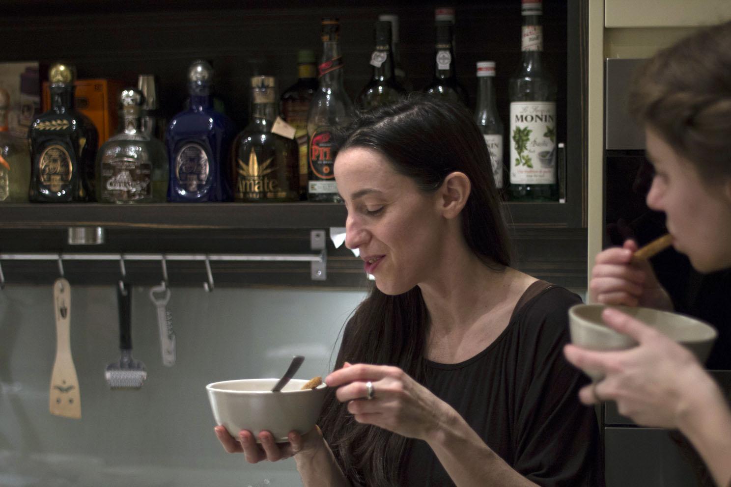 Tünde és Barbi levestesztelés közben