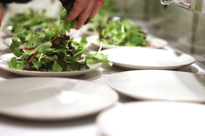 Mesclun saláta adagolása